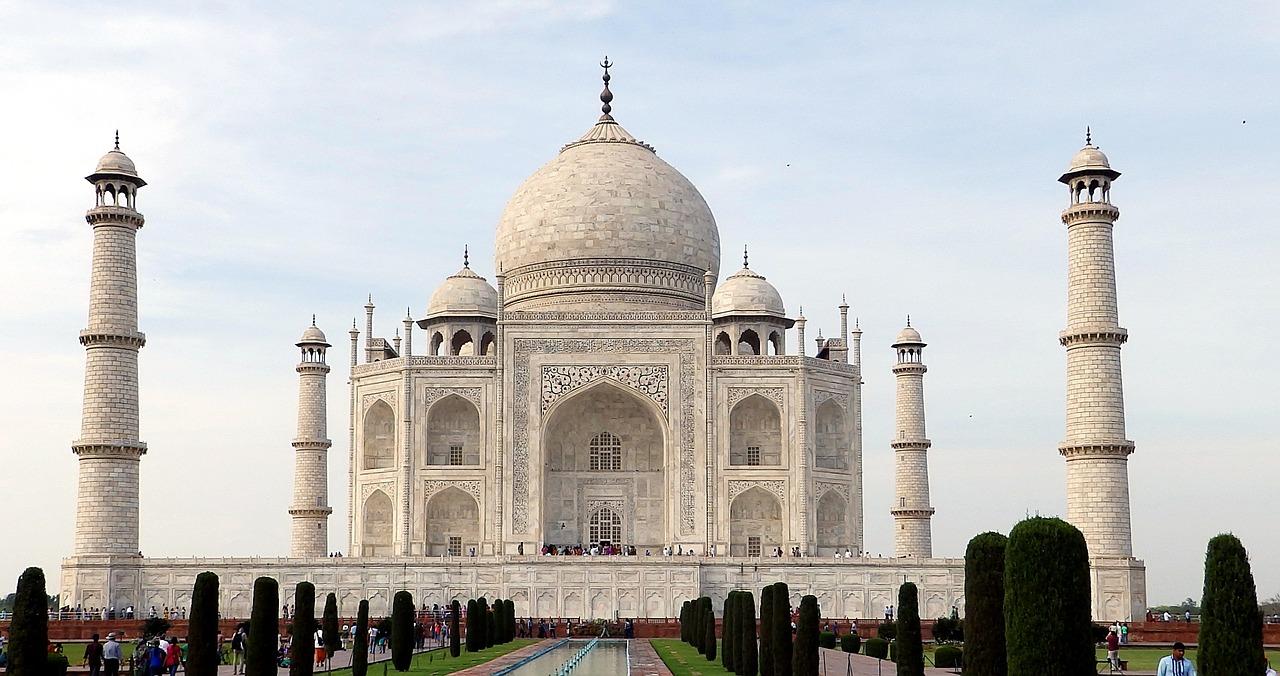 ...nejkrásnějším, nejromantičtějším a nejvelkolepějším pomníkem milované ženě je Tádž Mahal?
