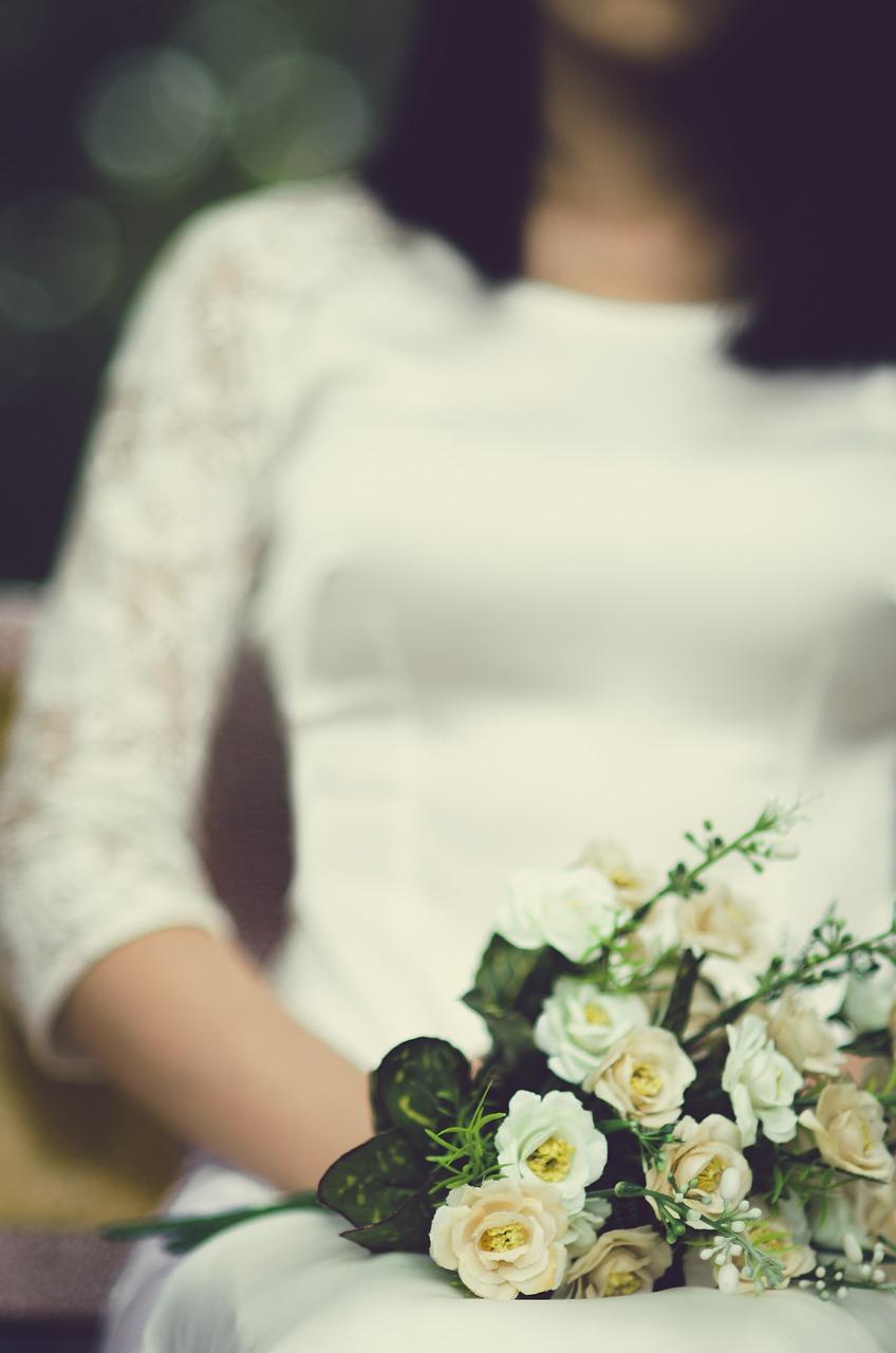 Asymetrické svatební šaty na jedno rameno