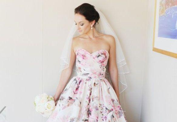 Svatební šaty s jarním nádechem