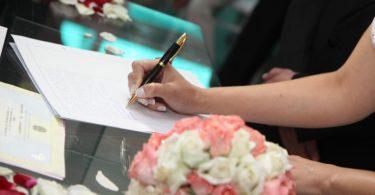 Víte, jaké budete mít příjmení po svatbě?