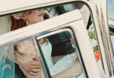 Pohádkový versus odvázaný příjezd na svatbu?