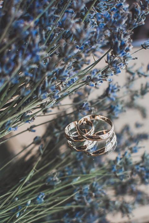 Jak vybrat text na snubní prsteny?